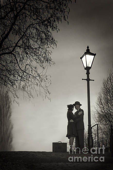 Lovers Say Goodbye Under A Streetlamp Print by Lee Avison