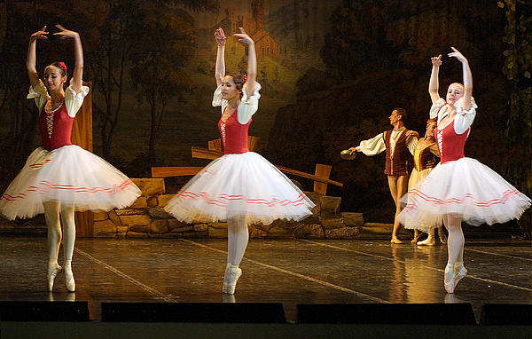 On Point Russian Ballet Print by Linda Phelps