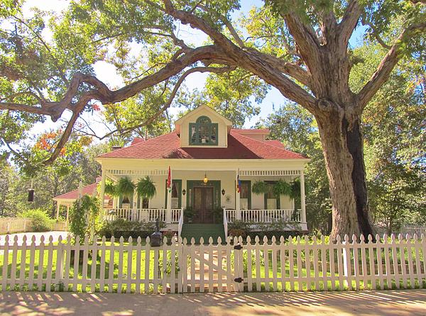 White Oak Manor Jefferson Texas Print by Donna Wilson