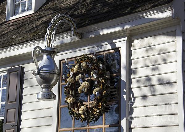 Wreath At Chownings Tavern Print by Teresa Mucha