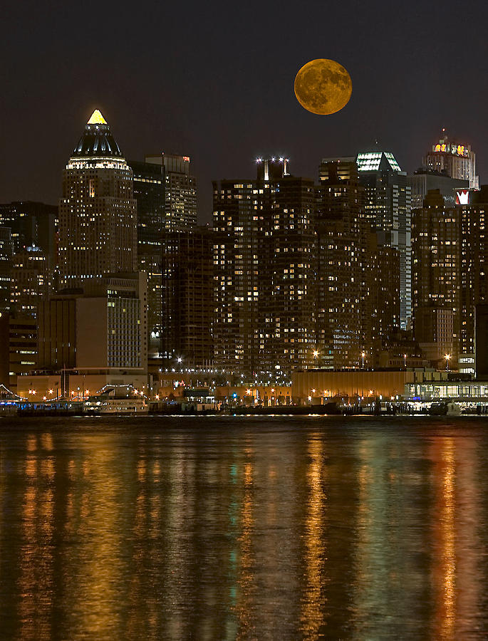 Nyc Photograph - Moonrise Over Manhattan by Susan Candelario
