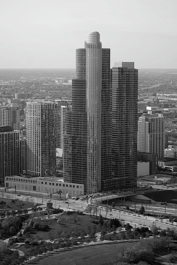 Black And White Photograph - Chicago Modern Skyscraper Black And White by Thomas Woolworth