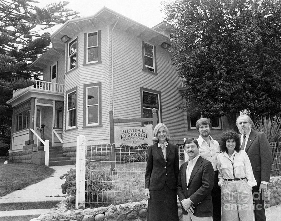 Gary Kildall e la moglie Dorothy, con i capelli ricci, di fronte alla sede della Digital Research nel 1980 all'801 di Lighthouse a Pacific Grove sul promontorio di Monterey (California). Qui si è scritta una pagina decisiva nella storia del personal computing.