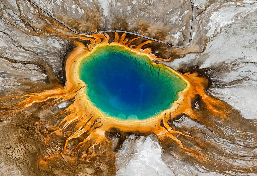 располагающийся в жерле давно потухшего гигантского вулкана