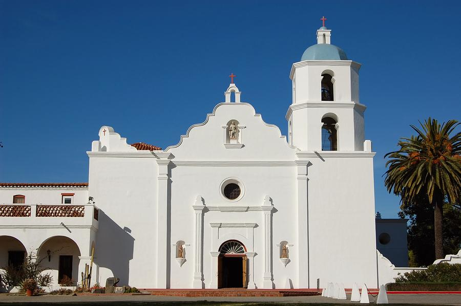 san luis rey de francia Named mission san luis rey de francia, it was known as the king of the missions because of its size and the land it occupied the mission building was a large structure and encompassed over six acres, surrounded by 200,000 acres.