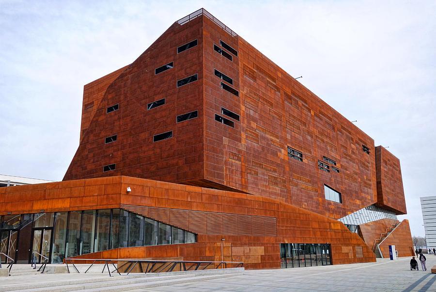 Modern university architecture vienna rusty building for Architecture vienne