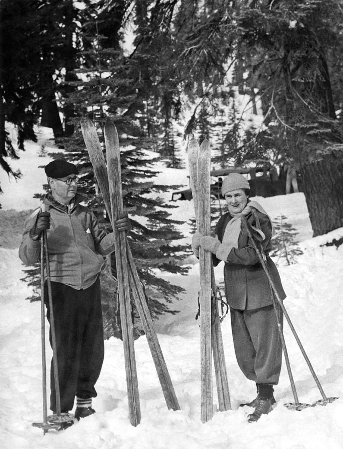1935 Photograph - Skiing Badger Pass In Yosemite by Underwood Archives