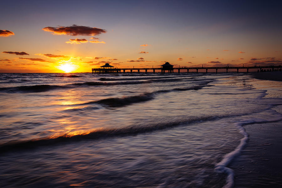 Sunset over the fishing pier and gulf of mexico in fort for Fort myers beach fishing pier