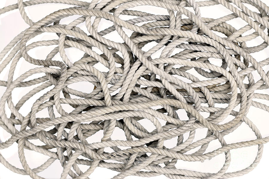 Подкинуты белае спутаные нитки к чему