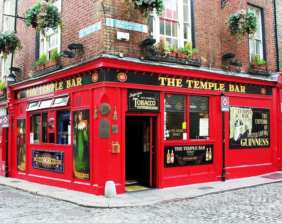 Irish Pubs Photograph - Temple Bar by Mel Steinhauer
