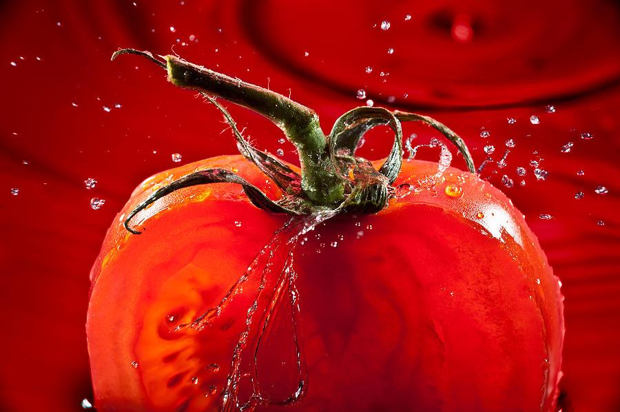Water Photograph - Tomato Freshsplash 2 by Steve Gadomski