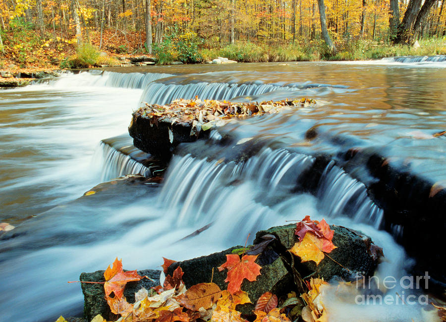 Color Photograph - Upper Chittenango Falls by Oscar Gutierrez