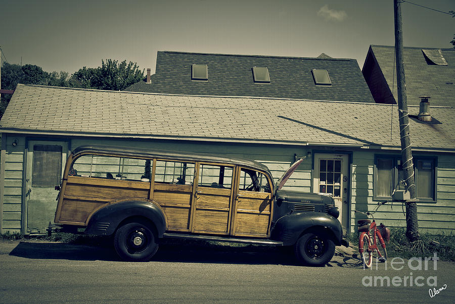 Woody Bus Photograph