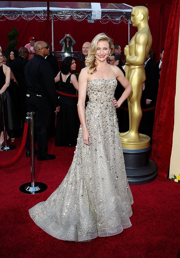 Cameron Diaz Photograph - Cameron Diaz Wearing An Oscar De La by Everett