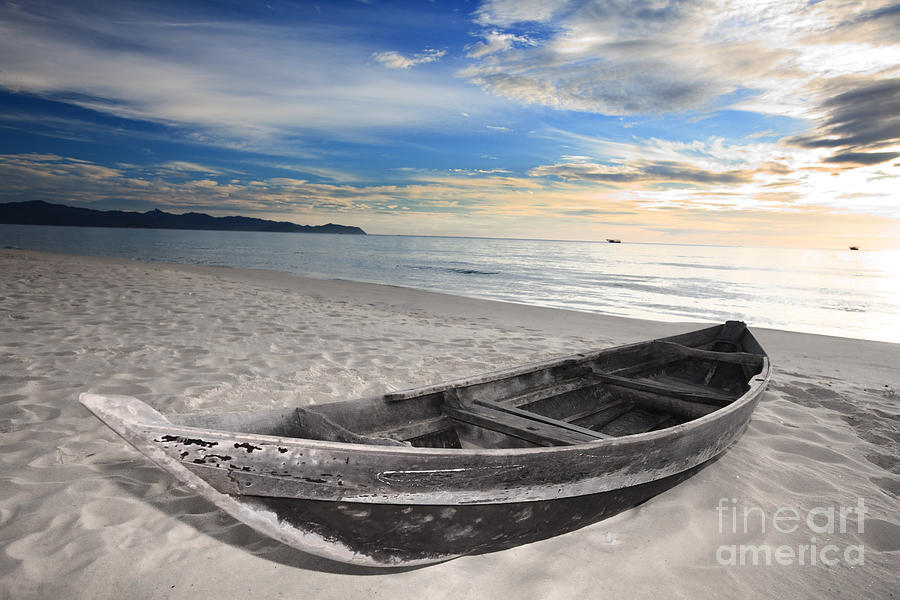 деревянная лодка в море