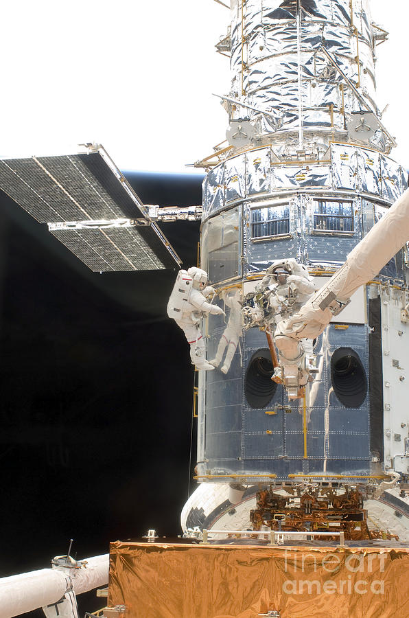 Astronauts Working On The Hubble Space Photograph