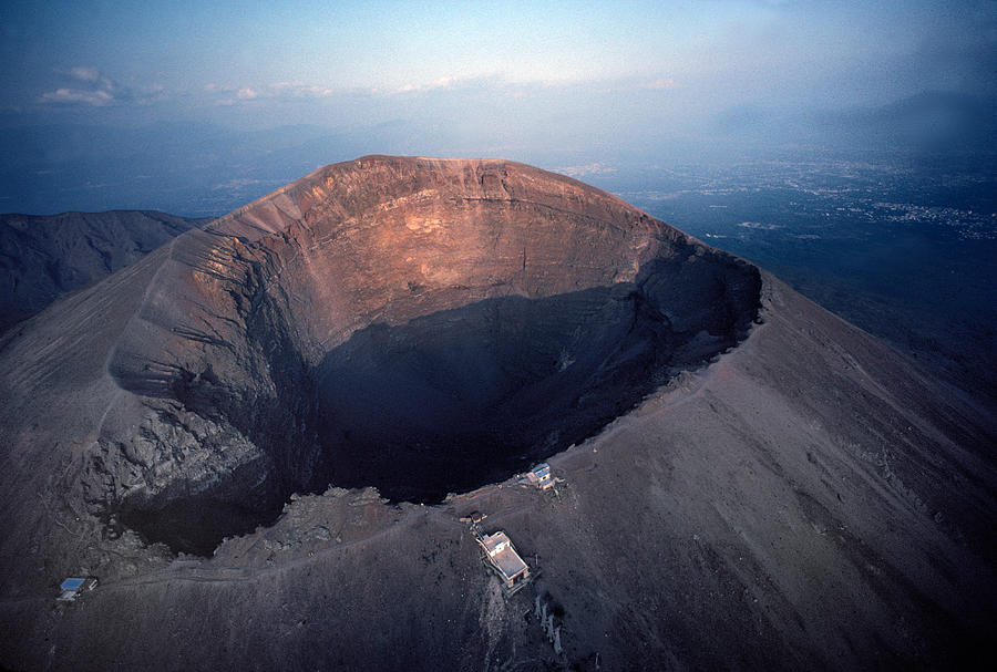 volcano mount vesuvius Mount vesuvius, on the west coast of italy, is the only active volcano on mainland europe it is best known because of the eruption in ad 79 that destroyed the.