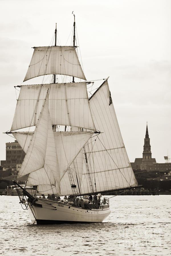 Cotre  Pirate  (ex Camaret 1/35e) - Page 22 Brigantine-tallship-fritha-sailing-charleston-harbor-dustin-k-ryan