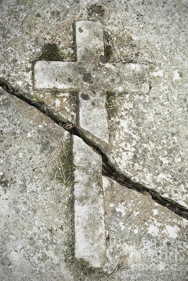 Broken Stone Pillar : Cracked stone cross