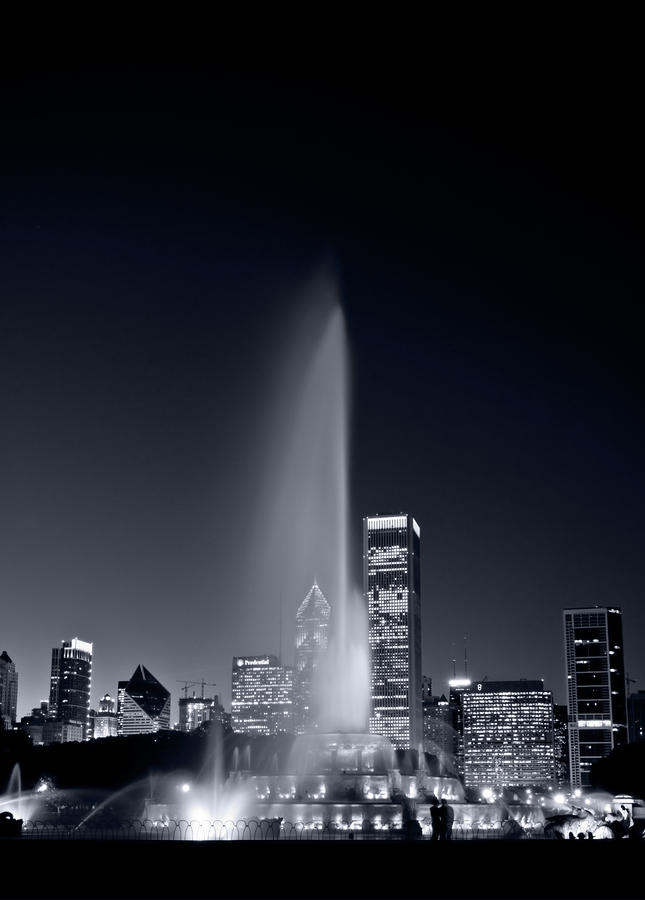Chicagos Buckingham Fountain Bl And W Portrait Photograph