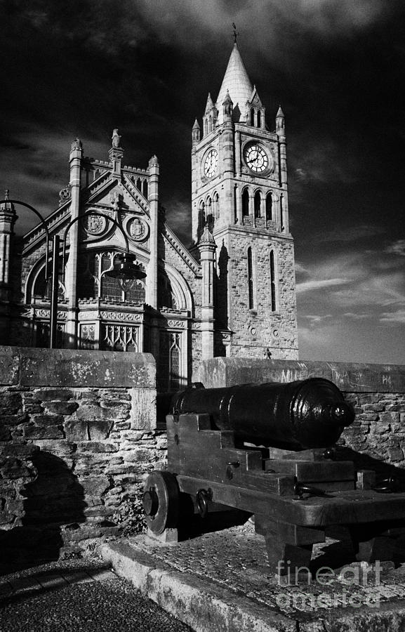 Derry Photograph - Derrys Walls And Guildhall With Cannon by Joe Fox