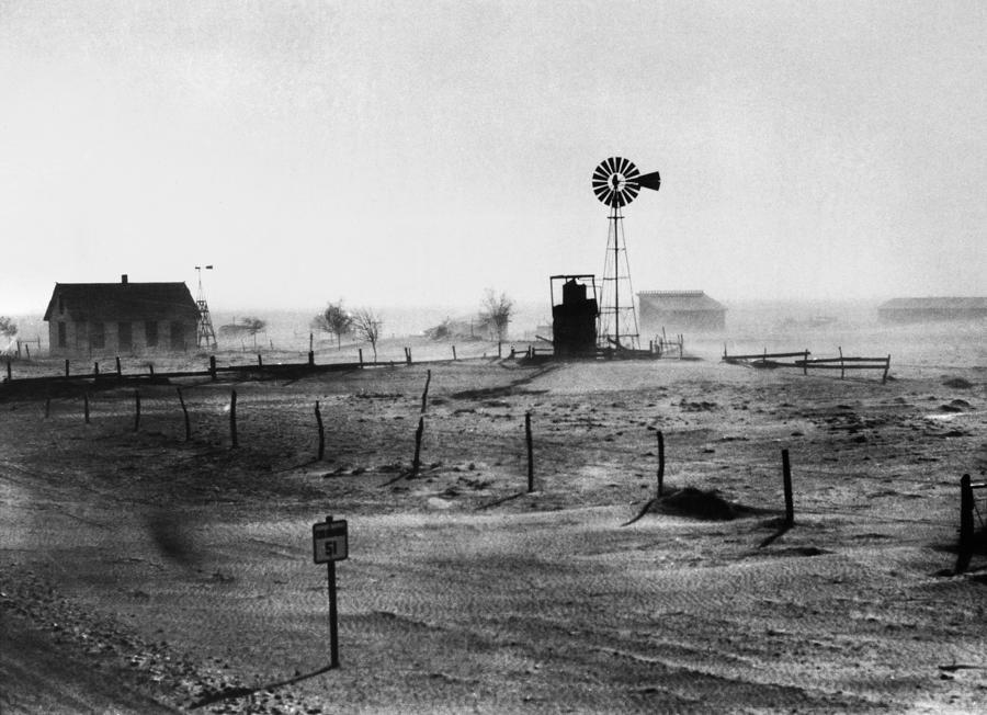 english dust bowl of 1930 A dust bowl az 1930-as évek azon időjárási jelensége észak-amerikában, amelynek során hatalmas porviharok jelentek meg, jelentős károkat okozva az egyesült államok és kanada prérijeinek ökológiájában és gazdaságában.