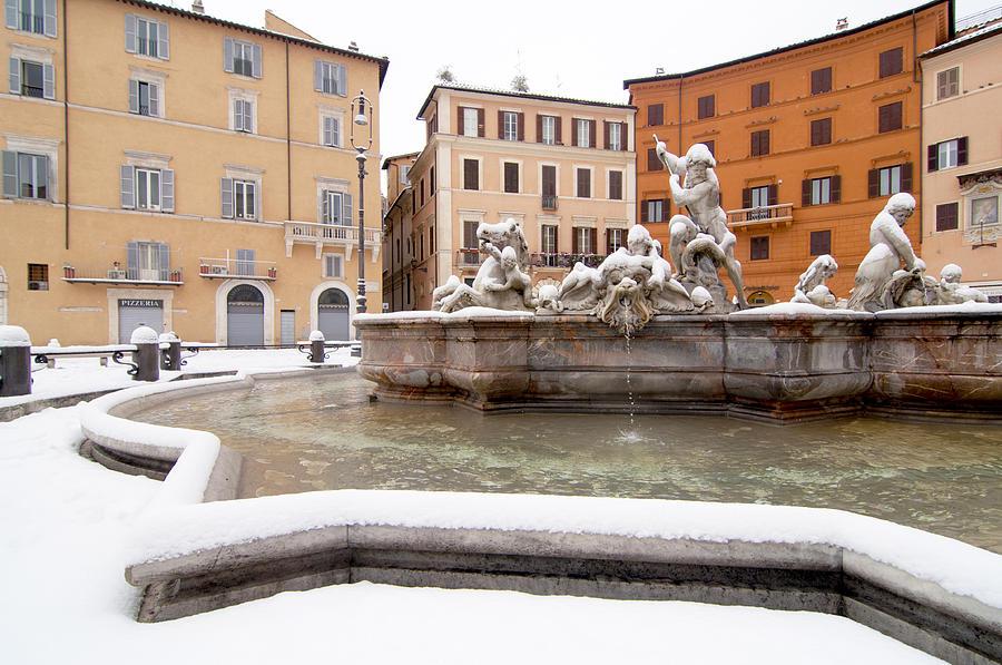 Snow Photograph - Fountain Of Neptune by Fabrizio Troiani