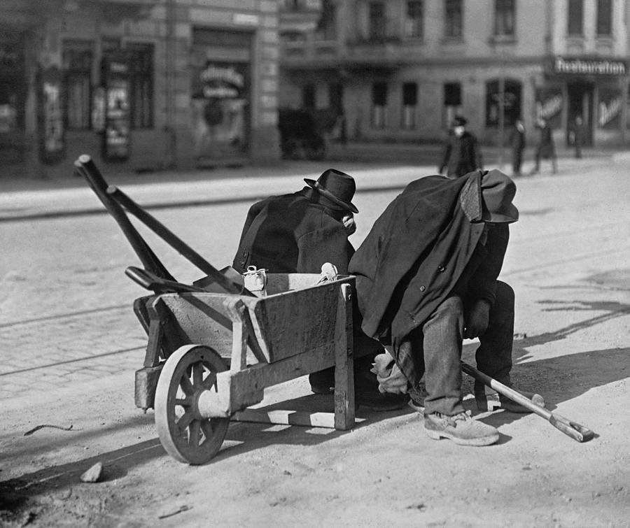 History Photograph - German Street Sweepers Taking Lunchtime by Everett