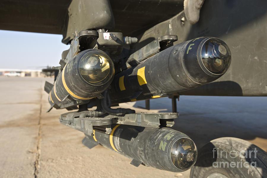 """صفقة 2060 من صواريخ """"هيلفاير"""" لكل من مصر و العراق والسعوديه والاردن وقطر واستراليا  Hellfire-missiles-on-an-ah-64d-apache-terry-moore"""