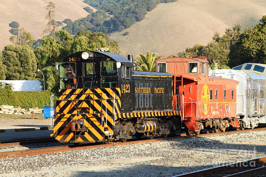 Historic Niles Trains In California . Old Southern Pacific Locomotive And Sante Fe Caboose . 7d10821 Photograph