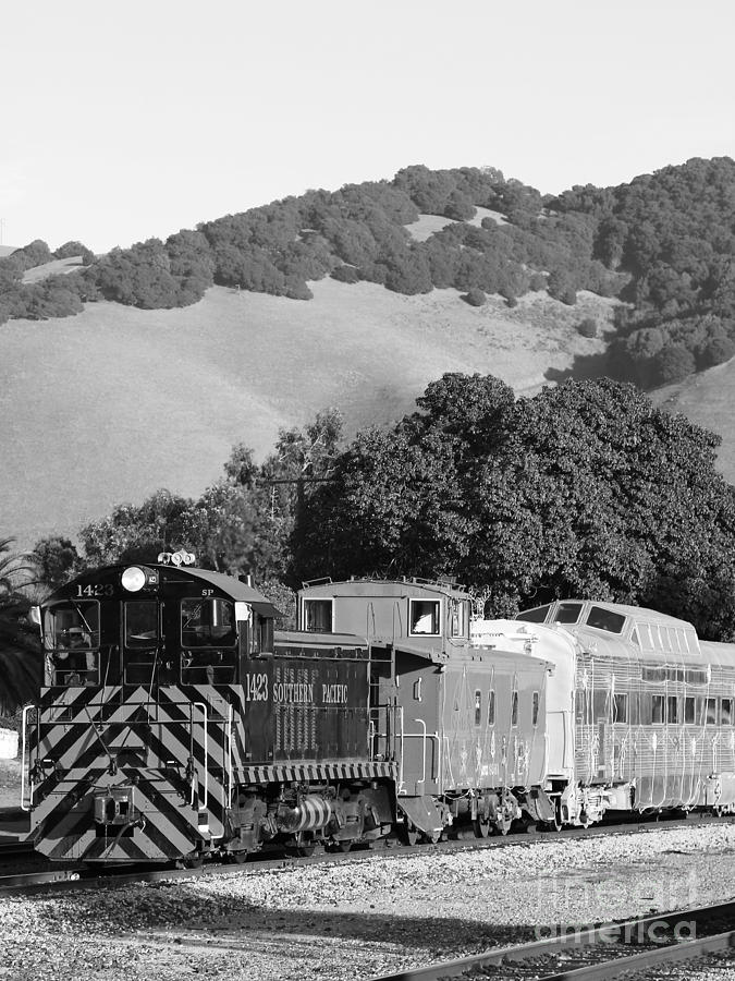 Historic Niles Trains In California . Southern Pacific Locomotive And Sante Fe Caboose.7d10819.bw Photograph