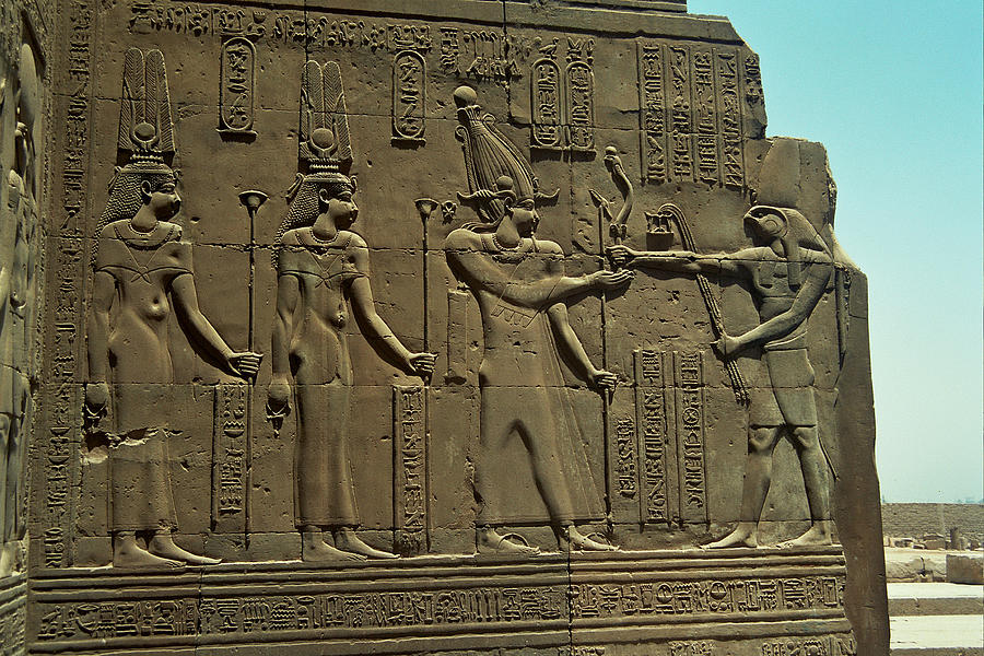 Horus Donant El BastÓ Del Poder Al FaraÓ Photograph