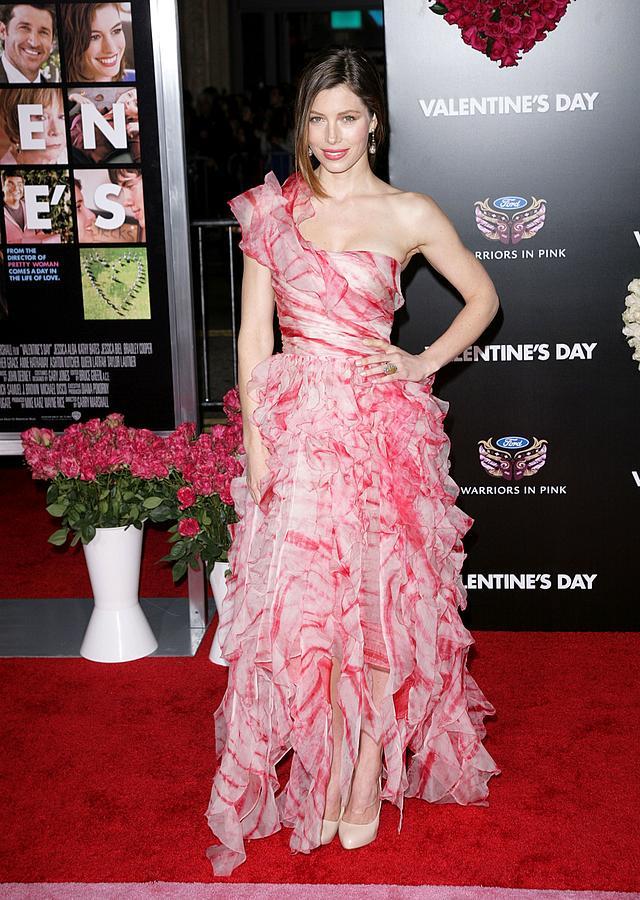 Jessica Biel Photograph - Jessica Biel Wearing An Oscar De La by Everett