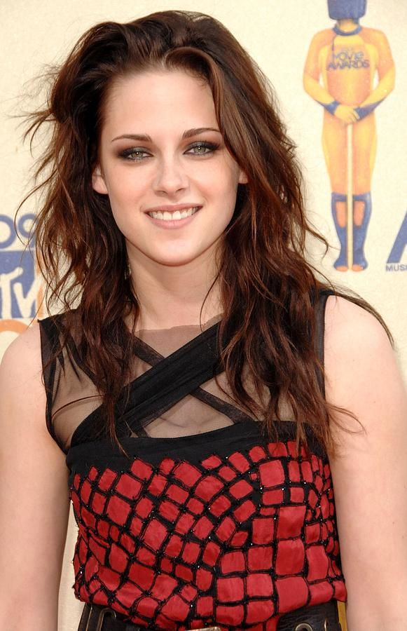Kristen Stewart At Arrivals For 2009 Photograph  - Kristen Stewart At Arrivals For 2009 Fine Art Print