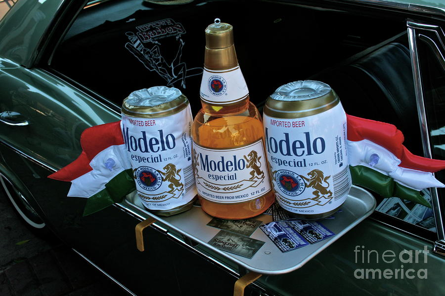 Modelo Curbside Photograph
