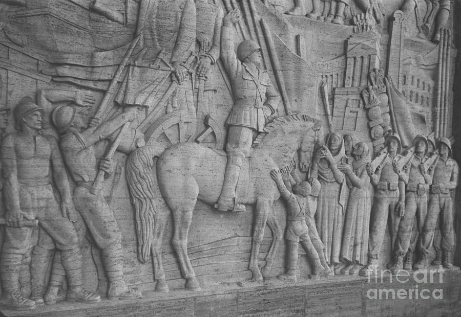 Palazzo Degli Uffici Photograph - Mussolini, Haut-relief by Photo Researchers