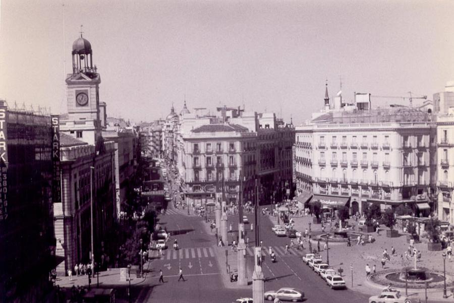 Plaza del sol madrid black and white by christopher kirby for Plaza de sol madrid