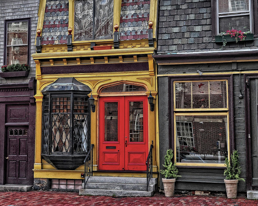 Newport Rhode Island Photograph - Red Door On Belvue by Boyd Alexander