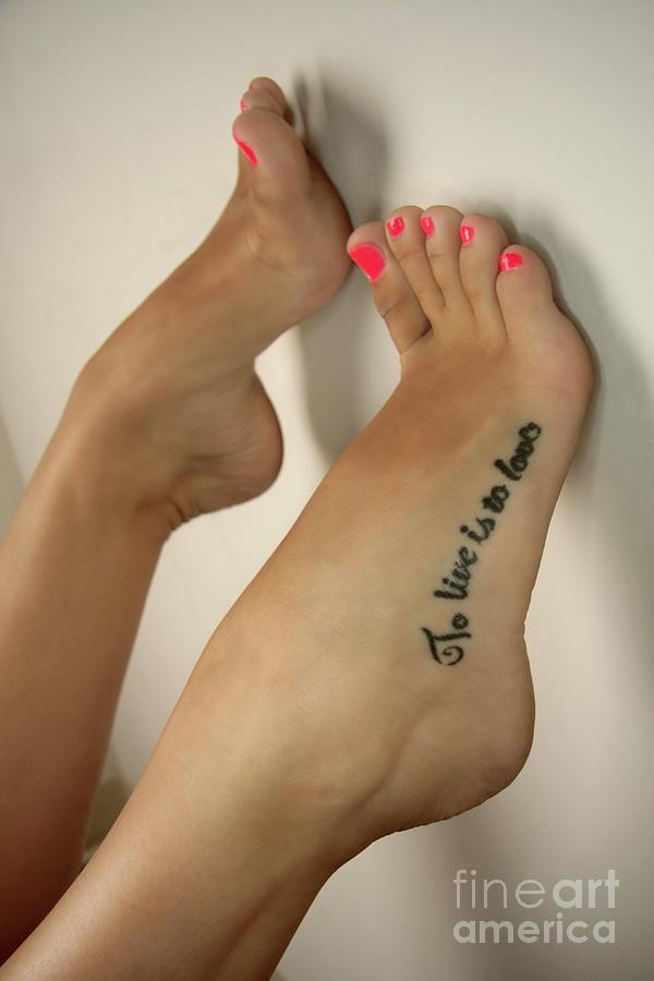 Татуировки надписи на ноге для девушки фото