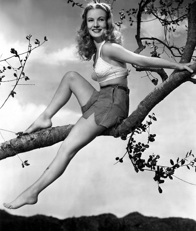 http://images.fineartamerica.com/images-medium-large/veronica-lake-paramount-pictures-1945-everett.jpg