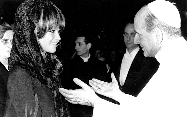 Claudia Cardinale Meets Pope Paul Vi Print by Everett