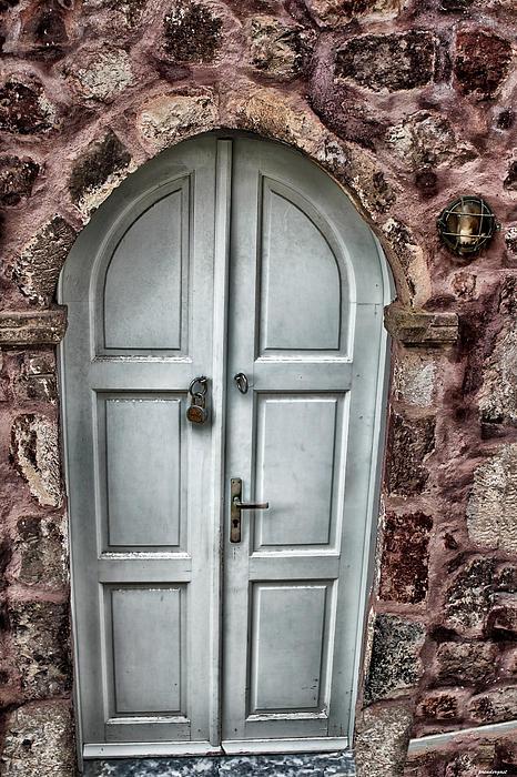 Door In Santorini Print by Tom Prendergast