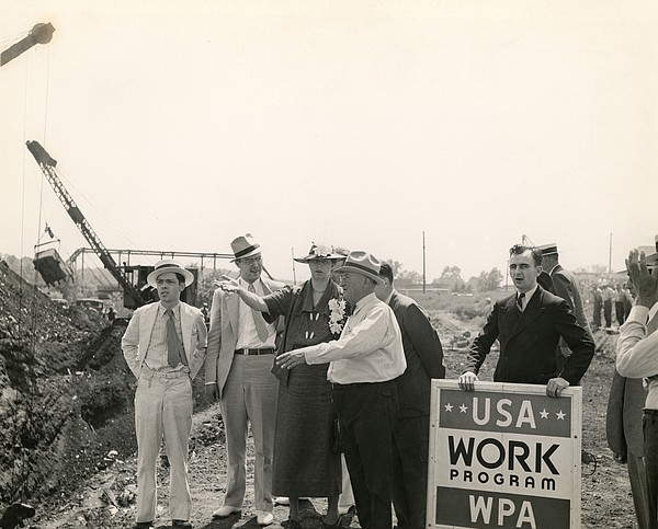 Eleanor Roosevelt At A Wpa Site In Des Print by Everett
