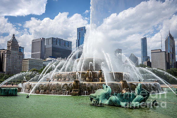 Hdr Picture Of Buckingham Fountain And Chicago Skyline Print by Paul Velgos
