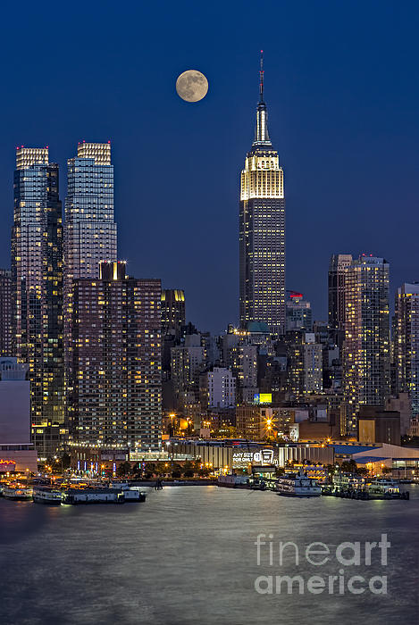 Moonrise Along The Empire State Building Print by Susan Candelario