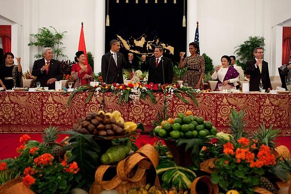 President Barack Obama Offers A Toast Print by Everett