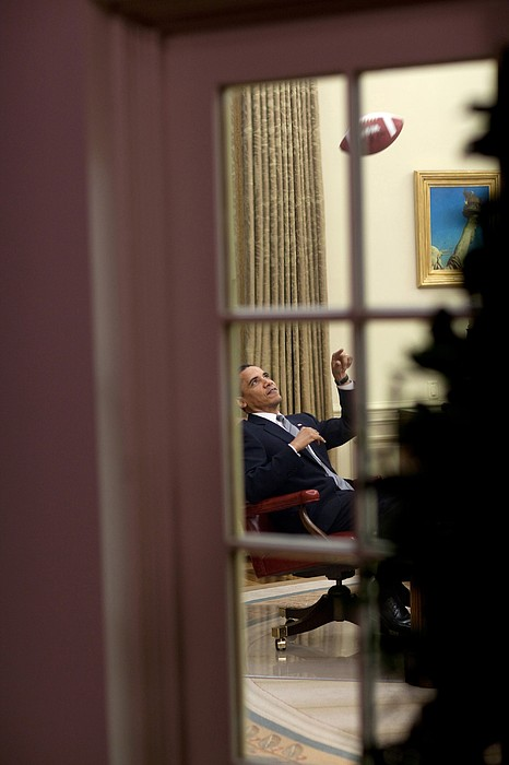 President Barack Obama Plays Print by Everett