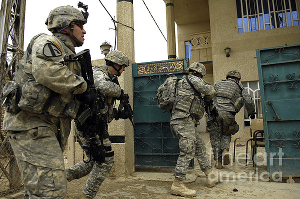 U.s. And Iraqi Army Soldiers Rushing Print by Stocktrek Images
