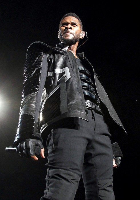 Usher On Stage For Usher In The Omg Print by Everett