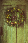 Sandra Cunningham - Holiday wreath on wooden door/ digital painting